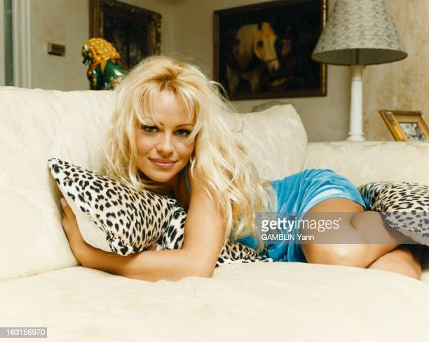 Rendezvous With Pamela Anderson At Home In Los Angeles Los Angeles 15 février 1995 Portrait de l'actrice Pamela ANDERSON chez elle à l'occasion de...