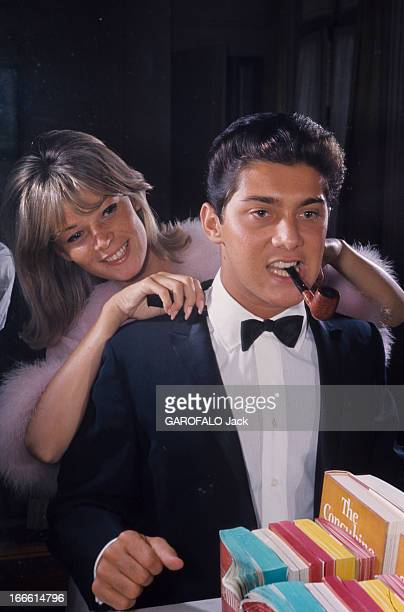 Rendezvous With Paul Anka And Anne De Zogheb France Paul ANKA vêtu d'une veste smoking noir sur chemise blanche et noeud papillon fumant la pipe est...