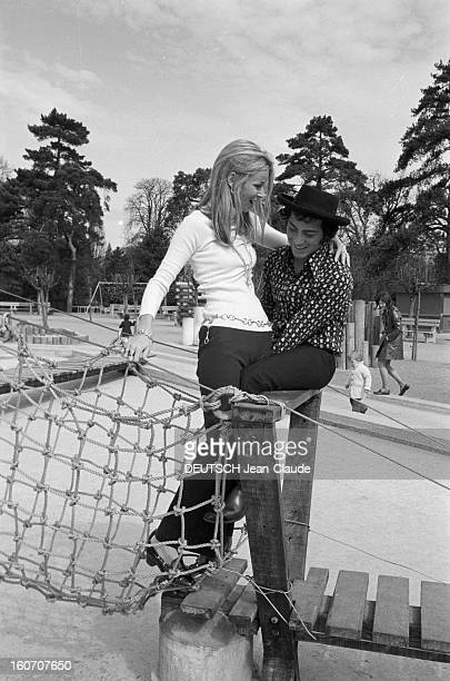 Rendezvous With Paul Anka And His Wife The Former Model Anne De Zogheb In Paris A Paris au Jardin d'acclimatation Paul ANKA avec un chapeau assis sur...