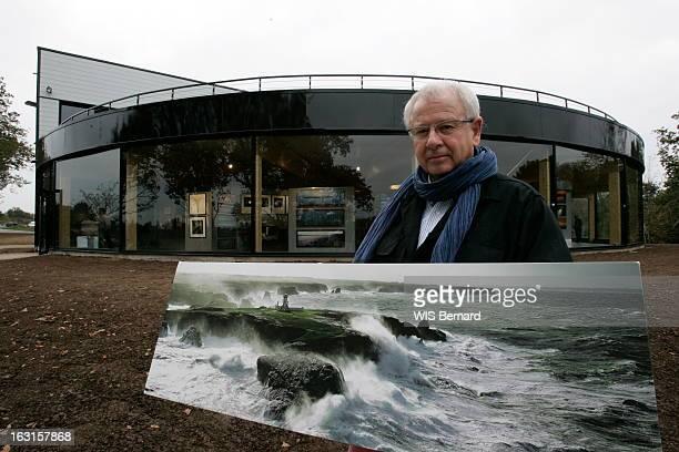 Rendezvous With Philip Plisson Attitude souriante de Philip PLISSON le photographe de la mer posant avec sa célèbre photos du phare des Poulains...