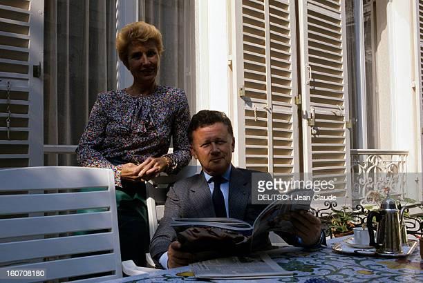 Rendezvous With Philippe Bouvard At Home En France à Paris en mai 1986 Philippe BOUVARD animateur chez lui dans sa maison lisant sur sa terrasse et...