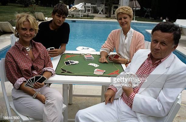 Rendezvous With Philippe Bouvard En France à Valbonne en aout 1984 de gauche à droite Nathalie sa fille Rémy un ami Colette son épouse et Philippe...