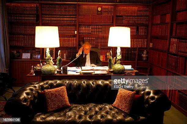 Rendezvous With Philippe Bouvard Philippe BOUVARD au téléphone dans le bureau de travail de son hôtel particulier du VIIe arrondissement de Paris...