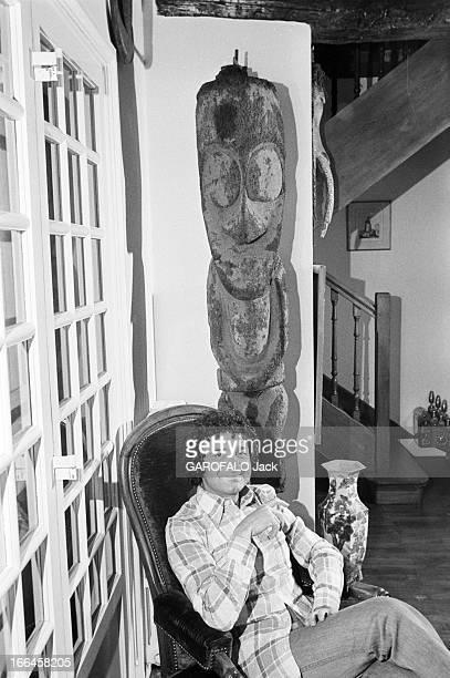 Rendezvous With Pierre Perret France Nangis 24 février 1975 l'auteur compositeur interprète français Pierre PERRET est chez lui Ici dans le salon il...