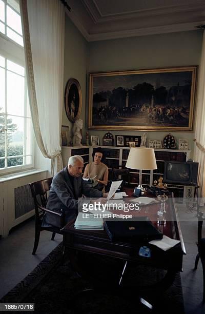 Rendezvous With Prince Louis Napoleon En avril 1968 le prince LOUIS NAPOLEON assis à un bureau tenant un papier en compagnie de son épouse Alix DE...