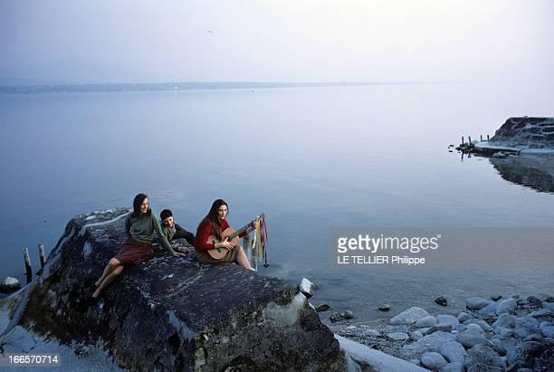 Rendezvous With Prince Louis Napoleon En avril 1968 les deux filles dont une jouant de la guitare et le fils cadet du prince LOUIS NAPOLEON assis sur...