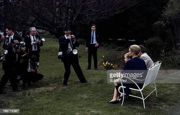 Rendezvous With Prince Rainier And Princess Grace Of Monaco In The United States Aux EtatsUnis à Philadelphie en 1963 dans un jardin assis sur un bac...