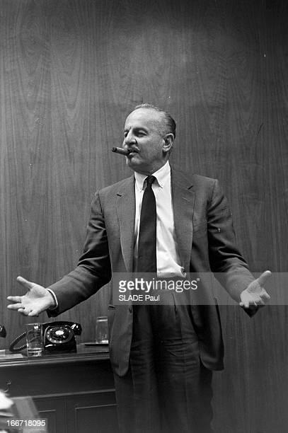 Rendezvous With Producer Darryl F Zanuck En 1962 aux EtatsUnis posant debout dans son bureau fumant un cigare le producteur réalisateur et scénariste...