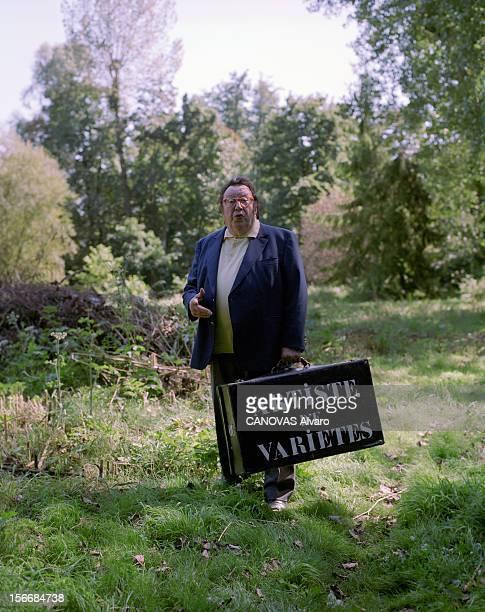 Rendezvous With Raymond DEVOS. A Saint-Rémy-lès-Chevreuse, en septembre 2000, portrait de l'humoriste Raymond DEVOS chez lui dans un sous-bois de sa...