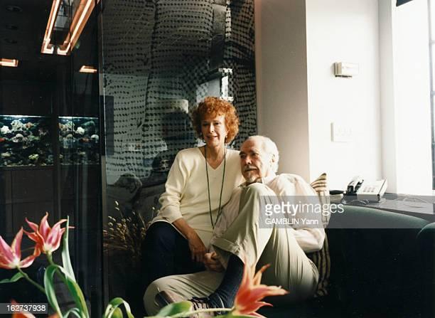 Rendezvous With Robert Altman And His Wife Kathryn Altman Aux EtatsUnis en mai 1996 portrait du réalisateur Robert ALTMAN assis sur un canapé son...