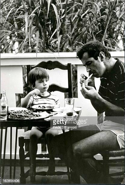 Rendezvous With Roger Vadim On Holiday In SaintTropez Ramatuelle Juin 1966 Roger VADIM allume une cigarette alors qu'il déjeune avec son fils...