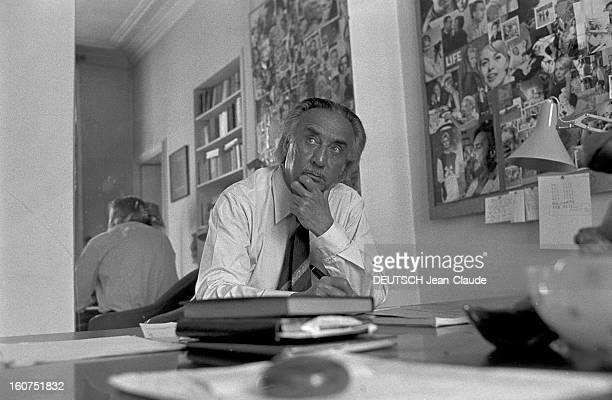 Rendezvous With Romain Gary A Paris dans son appartement de la rue du Bac l'écrivain Romain GARY assis à son bureau aux murs recouverts de...