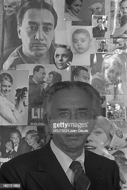 Rendezvous With Romain Gary A Paris dans son appartement de la rue du Bac l'écrivain Romain GARY en costume de flanelle anthracite posant dans son...