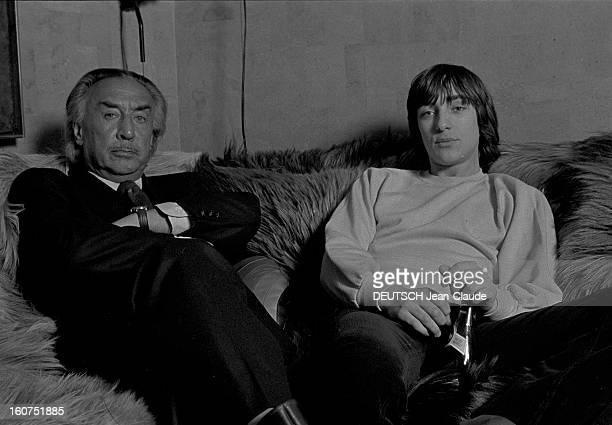 Rendezvous With Romain Gary A Paris dans son appartement de la rue du Bac l'écrivain Romain GARY en costume de flanelle anthracite assis dans un...