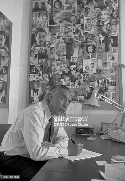 Rendezvous With Romain Gary A Paris dans son appartement de la rue du Bac l'écrivain Romain GARY assis écrivant à son bureau aux murs recouverts de...