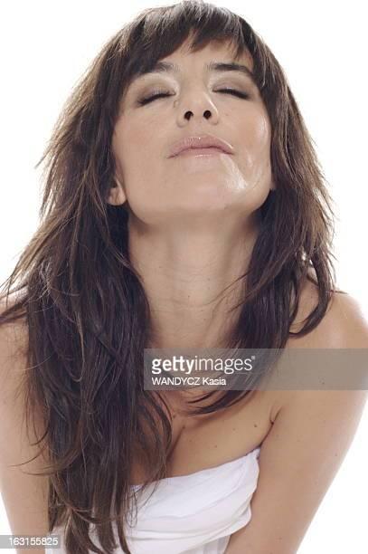 Rendezvous With Romance Bohringer Photo studio attitude sensuelle de Romane BOHRINGER les épaules nues le corps enveloppé dans un drap blanc les yeux...