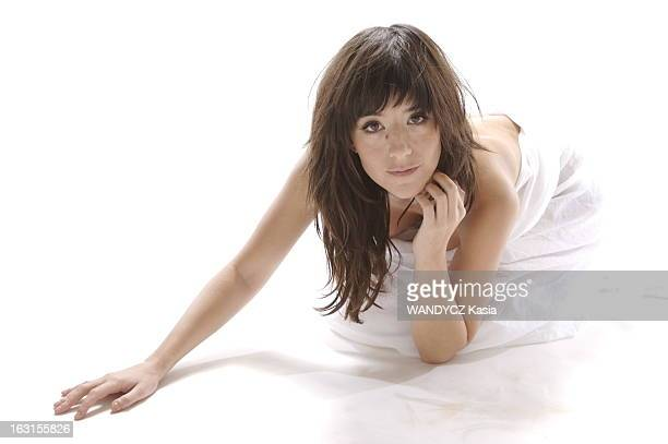 Rendezvous With Romance Bohringer Photo studio attitude sensuelle de Romane BOHRINGER agenouillée par terre nue le corps enveloppé dans un drap blanc...