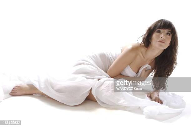 Rendezvous With Romance Bohringer Photo studio attitude sensuelle de Romane BOHRINGER allongée par terre nue le corps enveloppé dans un drap blanc le...