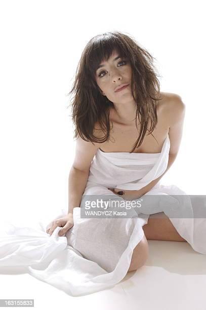 Rendezvous With Romance Bohringer Photo studio attitude sensuelle de Romane BOHRINGER agenouillée par terre nue le corps enveloppé dans un drap blanc