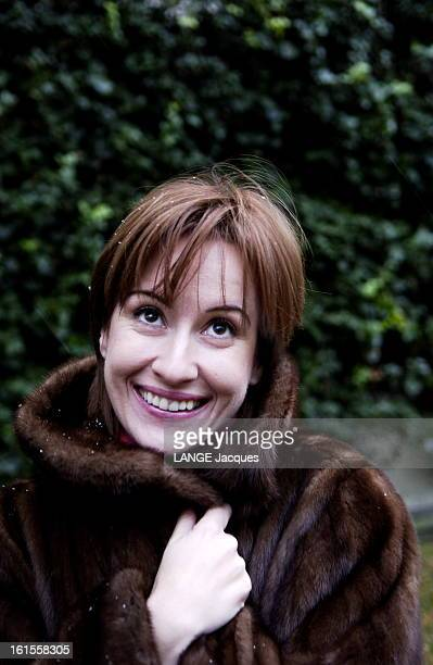 Rendezvous With Romanian Actress Medeea Marinescu Attitude souriante de Medeea MARIANESCU héroïne du film 'Je vous trouve très beau' d'Isabelle...