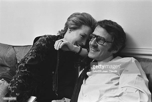 Rendezvous With Romy Schneider And Harry Meyen In Paris Attitude de Romy SCHNEIDER riante un bras posé sur l'épaule de son mari Harry MEYEN assis à...