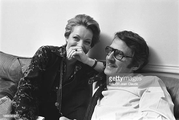Rendezvous With Romy Schneider And Harry Meyen In Paris Attitude de Romy SCHNEIDER riante une main devant la bouche assise aux côtés de son mari...