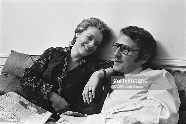 Rendezvous With Romy Schneider And Harry Meyen In Paris Attitude souriante de Romy SCHNEIDER un journal sur les genoux regardant son mari Harry MEYEN...