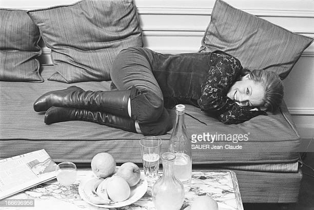Rendezvous With Romy Schneider And Harry Meyen In Paris Attitude riante de Romy SCHNEIDER allongée en chiendefusil sur un canapé chez elle à PARIS