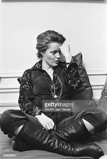 Rendezvous With Romy Schneider And Harry Meyen In Paris Attitude de Romy SCHNEIDER assise en tailleur sur un canapé chez elle à PARIS un poing sur le...