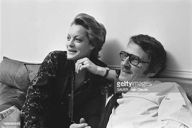 Rendezvous With Romy Schneider And Harry Meyen In Paris Plan de troisquarts souriant de Romy SCHNEIDER assise aux côtés de son mari Harry MEYEN sur...