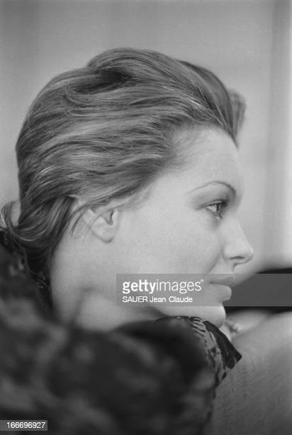 Rendezvous With Romy Schneider And Harry Meyen In Paris Portrait de profil de Romy SCHNEIDER le menton posé sur son bras