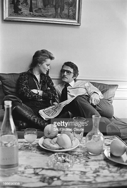 Rendezvous With Romy Schneider And Harry Meyen In Paris Romy SCHNEIDER assise en tailleur aux côtés de son mari Harry MEYEN tenant un journal sur un...