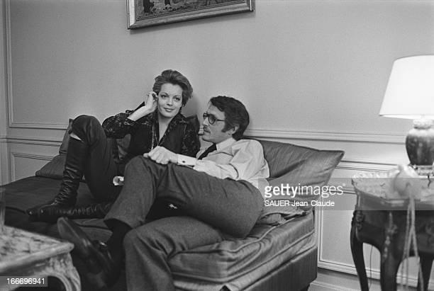 Rendezvous With Romy Schneider And Harry Meyen In Paris Romy SCHNEIDER souriante assise aux côtés de son mari Harry MEYEN sur un canapé chez eux à...