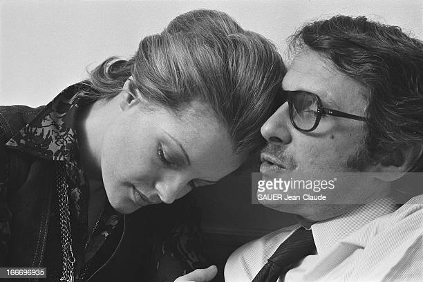 Rendezvous With Romy Schneider And Harry Meyen In Paris Romy SCHNEIDER blottie contre son mari Harry MEYEN assis sur un canapé chez eux à PARIS