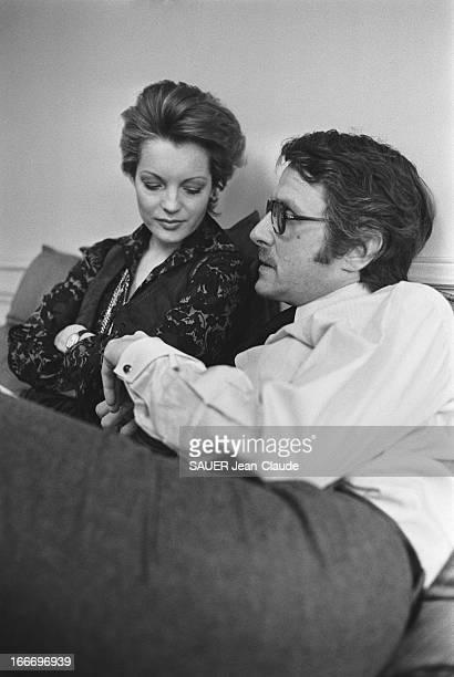 Rendezvous With Romy Schneider And Harry Meyen In Paris Romy SCHNEIDER les yeux baissés assise aux côtés de son mari Harry MEYEN sur un canapé chez...