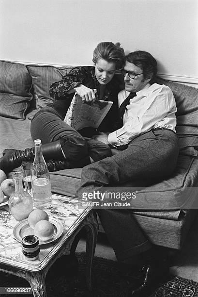 Rendezvous With Romy Schneider And Harry Meyen In Paris Romy SCHNEIDER lisant un journal assise aux côtés de son mari Harry MEYEN sur un canapé chez...