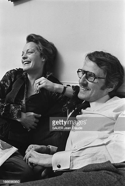 Rendezvous With Romy Schneider And Harry Meyen In Paris Romy SCHNEIDER riante un journal sur les genoux assise aux côtés de son mari Harry MEYEN sur...