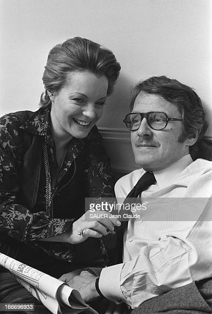 Rendezvous With Romy Schneider And Harry Meyen In Paris Romy SCHNEIDER souriante tenant la cravate de son mari Harry MEYEN un journal entre les mains...