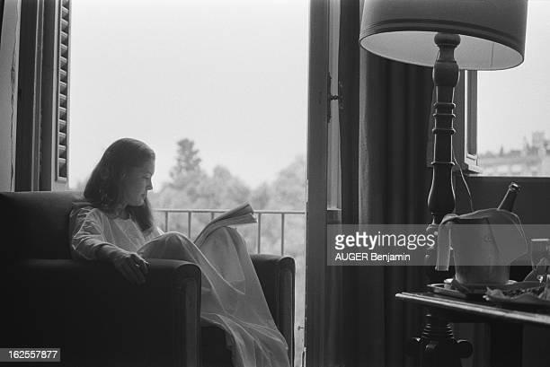 Rendezvous With Romy Schneider In Rome A Rome où elle tourne 'Clair de femme' Romy a reconstitué son univers intime dans sa chambre d'hôtel attitude...