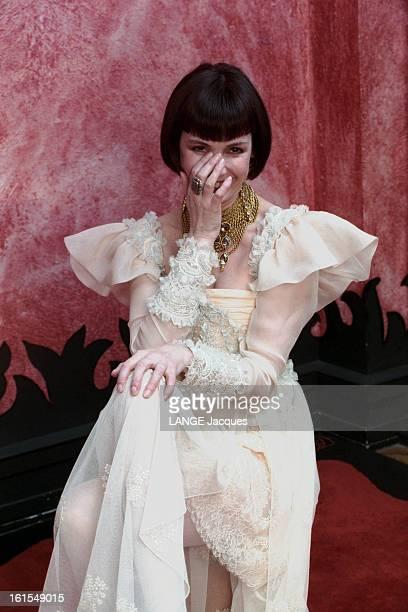 Rendezvous With Sabine Azema. Rendez-vous avec Sabine AZEMA posant en robe blanche romantique de Christian LACROIX, posant.