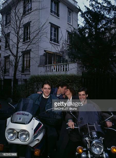 Rendezvous With Sacha Distel. A Paris, dans le XVIe arrondissement, le chanteur Sacha DISTEL et son épouse Francine DISTEL s'embrassant derrière...