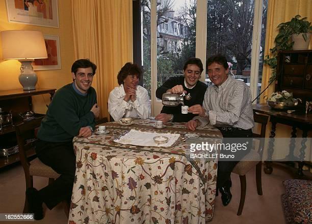Rendezvous With Sacha Distel. A Paris, dans sa maison du XVIe arrondissement, le chanteur Sacha DISTEL, prenant le café avec son épouse Francine...