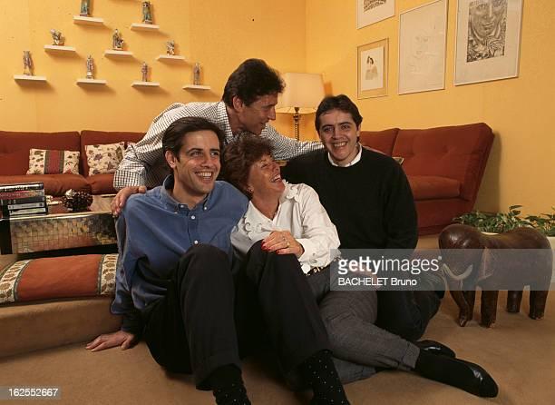 Rendezvous With Sacha Distel. A Paris, dans sa maison du XVIe arrondissement, le chanteur Sacha DISTEL avec son épouse Francine DISTEL riante et leur...