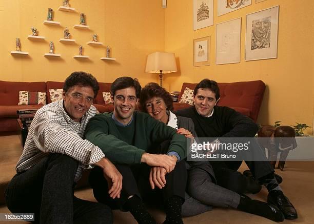 Rendezvous With Sacha Distel. A Paris, dans sa maison du XVIe arrondissement, le chanteur Sacha DISTEL avec son épouse Francine DISTEL et leur fils...