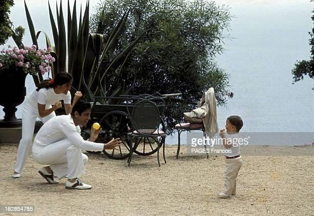 Rendezvous With Sacha Distel With Family In Saint-Tropez. Attitude de Sacha DISTEL jouant à la balle avec son fils Laurent, 1 an et demi, sous le...