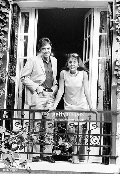 Rendezvous With Sacha Distel With Family Paris 3 octobre 1968 Portrait du chanteur Sacha DISTEL aux côtés de son épouse Francine BREAUD appuyée sur...