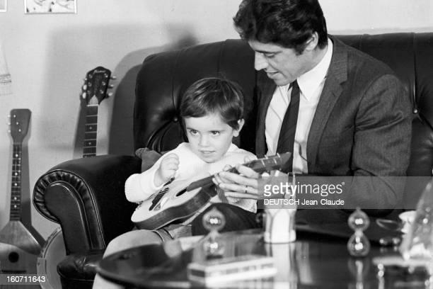 Rendezvous With Sacha Distel With Family Paris 3 octobre 1968 Portrait du chanteur Sacha DISTEL en costumecravate assis sur le canapé de son salon en...