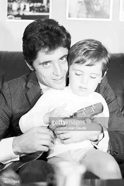Rendezvous With Sacha Distel With Family. Paris - 3 octobre 1968 - Portrait du chanteur Sacha DISTEL assis sur le canapé de son salon, une guitare...