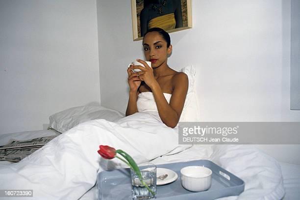 Rendezvous With Sade At Home In London En Angleterre à Londres en mars 1985 SADE chanteuse dans son appartement peanant le petitdéjeuner dans son lit