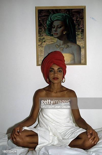 Rendezvous With Sade At Home In London En Angleterre à Londres en mars 1985 SADE chanteuse dans son appartement portant un foulard sur la tête assise...